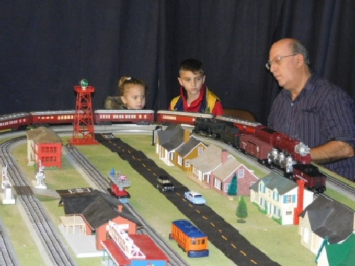 NLOE Lionel Club Ambassador drew kids to the modular layout so they could see the train sets at the Winter Craft Fair in November 2016