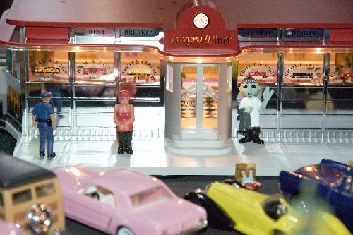 Close up view of the figures in tthe 6-82036 Luxury Diner from the Lionel Club Ambassador Toy Train Operating Society  Southern Pacific Division product review