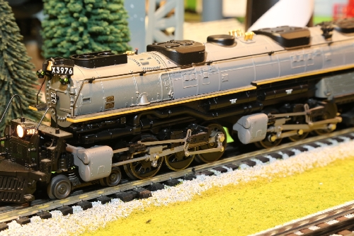 Lionel Club Ambassador CLRC points out the detailed drive wheels in the review of the Union Pacific LionMaster TMCC 4-6-6-4 Challenger 3976 6-38023