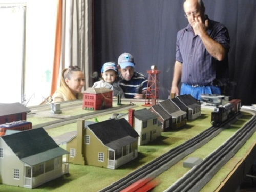 In November of 2016 at the Winter Craft Fair the modular layout set up by the NLOE Lionel Club Ambassador had lots of accessories for all to see